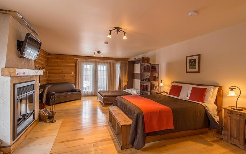 Chambre luxueuse avec foyer au bois & bain sur pattes - Auberge du Vieux Moulin