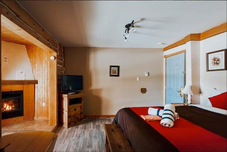Chambre luxueuse avec bain en coin & foyer au gaz à l'Auberge du Vieux-Moulin, Lanaudière