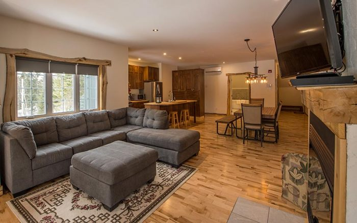 Luxury suite with living room, kitchen, fireplace and 2 private rooms at the Auberge du Vieux-Moulin in Lanaudière