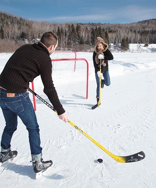 Hockey sur le lac gelé de l'Auberge du Vieux Moulin, vacances Lanaudière