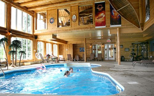 Indoor swimming pool at Auberge du Vieux-Moulin in Lanaudière