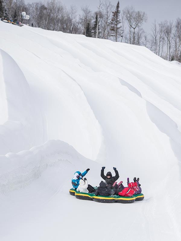 Activités hivernales glissade à l'Auberge du Vieux Moulin, vacances Lanaudière